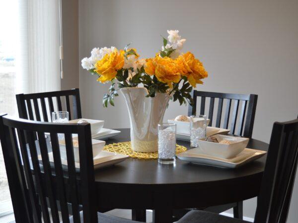 Find hjørneborde og spiseborde til både værelset, stuen og køkkenet på max-jessen.dk